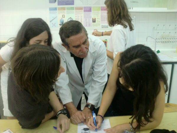 Andres Dando Clase Alumnas